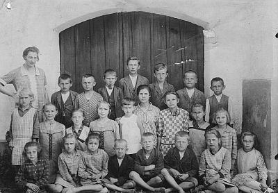 Škola na Lhotě - učitelka Olšanová
