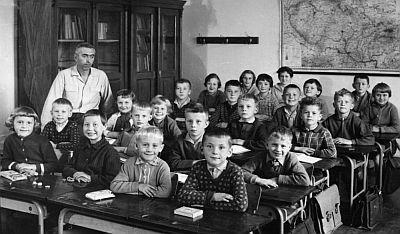 Plná třída ve škole na Lhotě